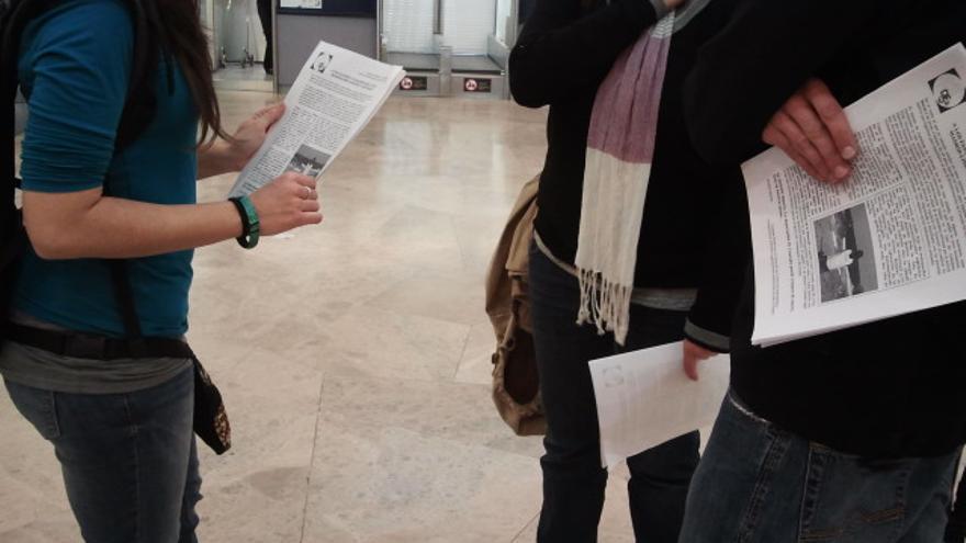 Activistas de la Campaña Estatal por el Cierre de los Centros de Internamiento reparten octavillas en la zona de facturación del Aeropuerto de Barajas (Madrid) a los pasajeros del vuelo que debe tomar Conrado Semedo. / E. C.