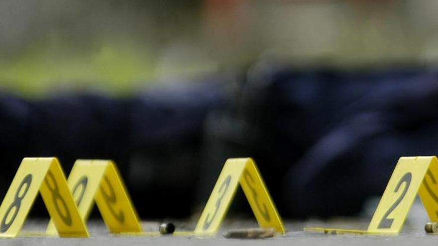El incidente ocurrió hacia las 6.30 de la mañana y cuando los agentes policiales llegaron al lugar, encontraron muertas a dos personas, que se cree eran empleados de la tienda, señaló Bill Rasco, jefe de la policía del condado DeSoto, localizado junto a la frontera de Misisipi con Tennessee y unos 20 kilómetros al sur de Memphis.