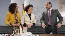 La portavoz del Gobierno, junto a los ministros de Fomento y Hacienda.
