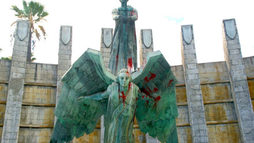 El monumento, con los impactos de pintura