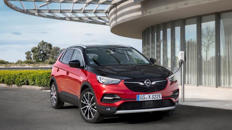 El SUV de Opel estará disponible con capó y techo de color negro.