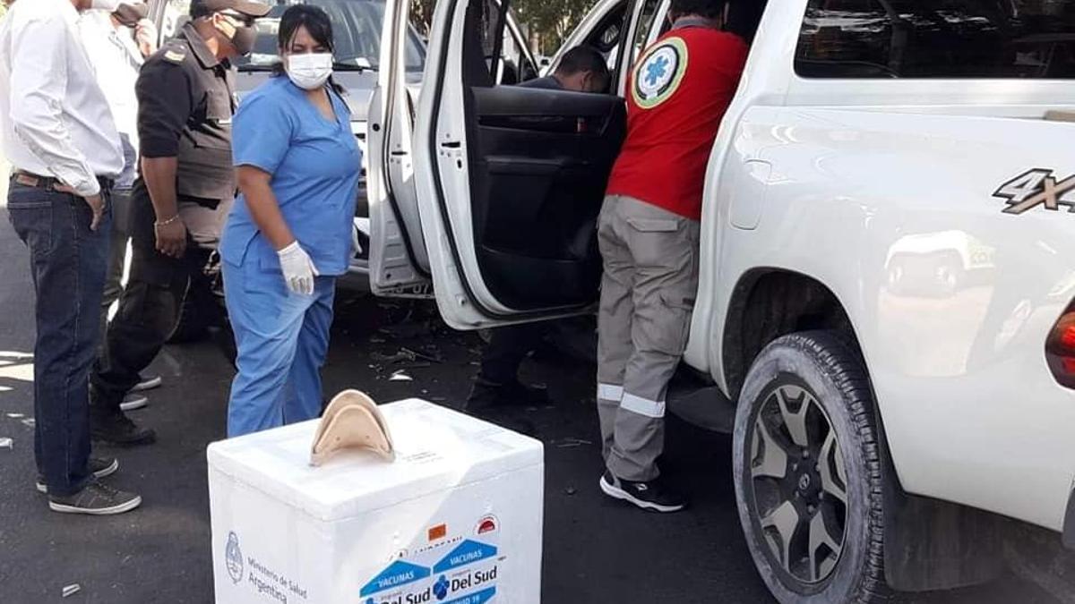 Las dos cajas con 900 dosis de la vacuna que transportaba el ministro de Corrientes en su camioneta privada.