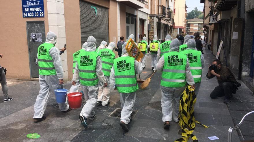 """Un grupo de vecinos ha simulado una """"desinfección"""" de las calles de Ugao-Miraballes"""