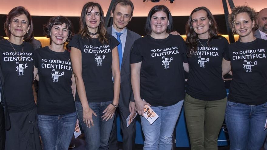 El Ministro de Ciencia, Innovación y Universidades, Pedro Duque, con las investigadoras del proyecto 'Quiero ser científica' de la Universidad Pública de Navarra en el Planetario de Pamplona.
