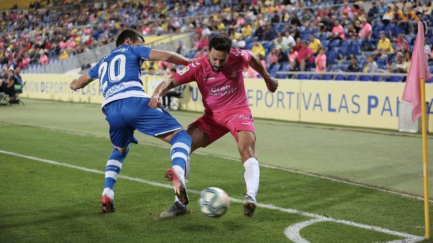 De la Bella pelea por un balón en el Estadio Gran Canaria