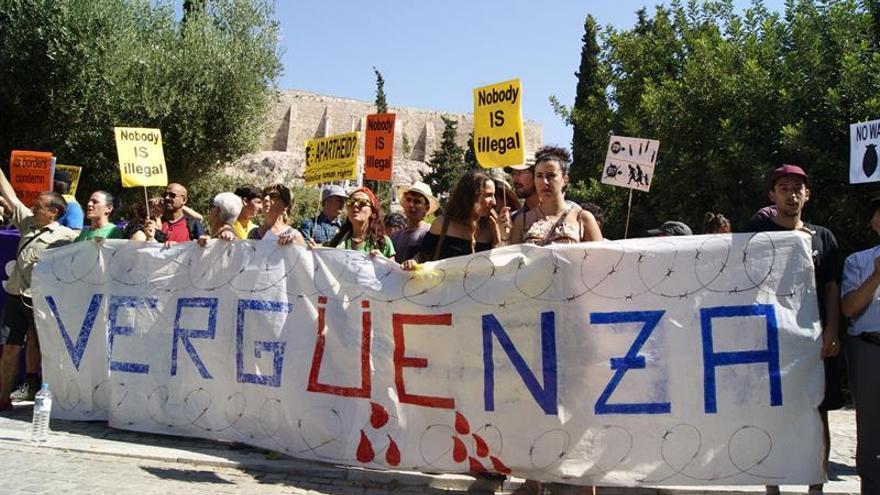 Caravana a Grecia termina su viaje quemando pasaportes frente a embajada