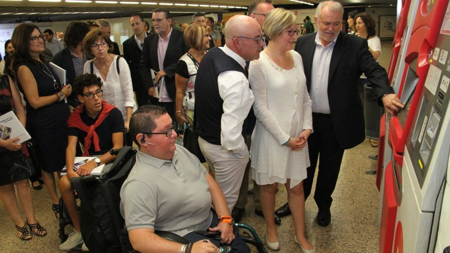 La consellera, María José Salvador, en una máquina expendedora junto a un usuario discapacitado