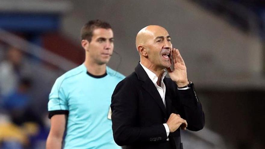 El entrenador de la UD Las Palmas, Pako Ayestarán (d).
