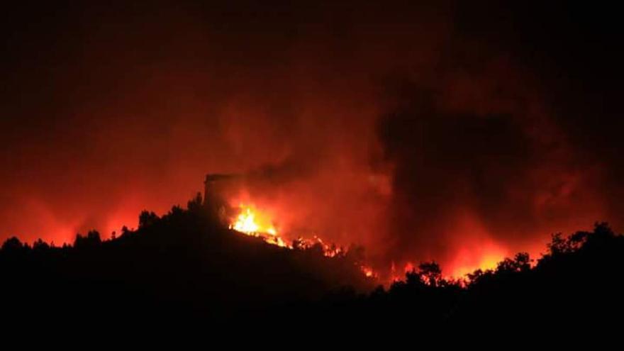Las llamas rodearon esta noche la atalaya del castillo de Monterrei (Ourense)