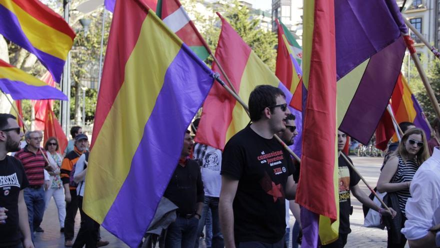 Jóvenes seguidores de Ezker Anitza (IU) portan banderas republicanas.
