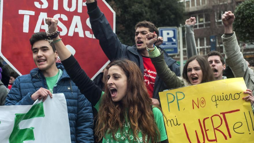 Un grupo de estudiantes durante una manifestación en Santander. | Joaquín Gómez Sastre