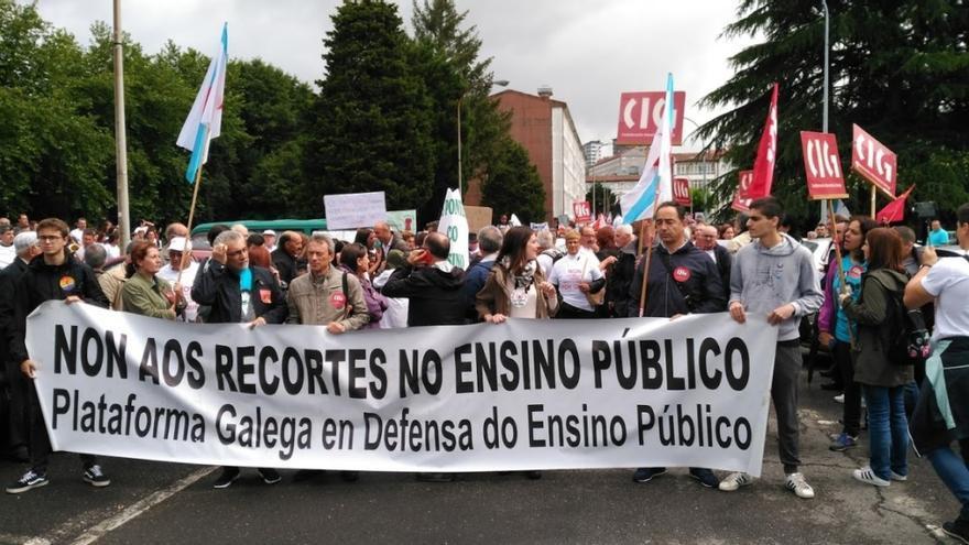 Cabecera de la manifestación contra el cierre de colegios
