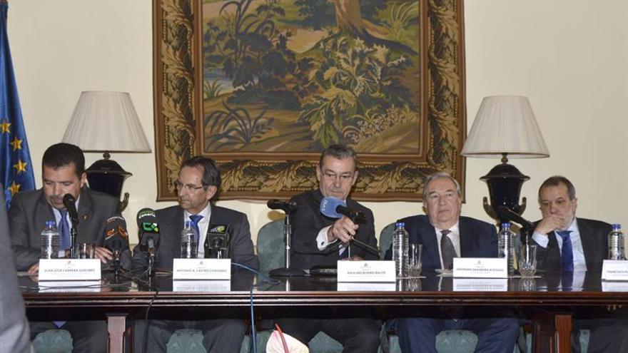 El presidente del Gobierno de Canarias, Paulino Rivero (c), junto a el presidente del Parlamento de Canarias, Antonio Castro (2i), y el Diputado del Común, Jerónimo Saavedra (2d), entre otros, durante la reunión mantenida en Santa Cruz de la Palma con motivo del 30 aniversario de la creación del Diputado del Común. EFE/Miguel Calero