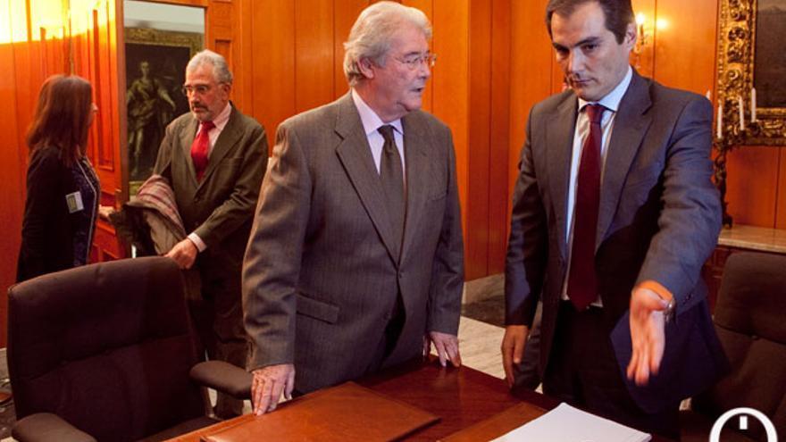 Nieto y Luis Carreto en la sala de comisiones del Ayuntamiento   MADERO CUBERO