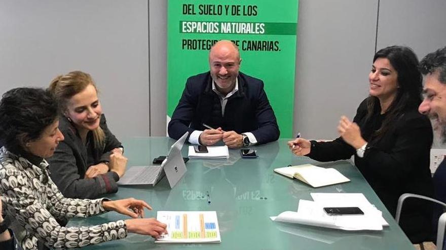 Reunión de Pedro Afonso con los integrantes del Film Comission La Palma.