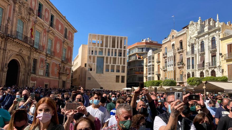 La plaza Belluga de Murcia ha reunido a más de mil personas durante la intervención de Santiago Abascal