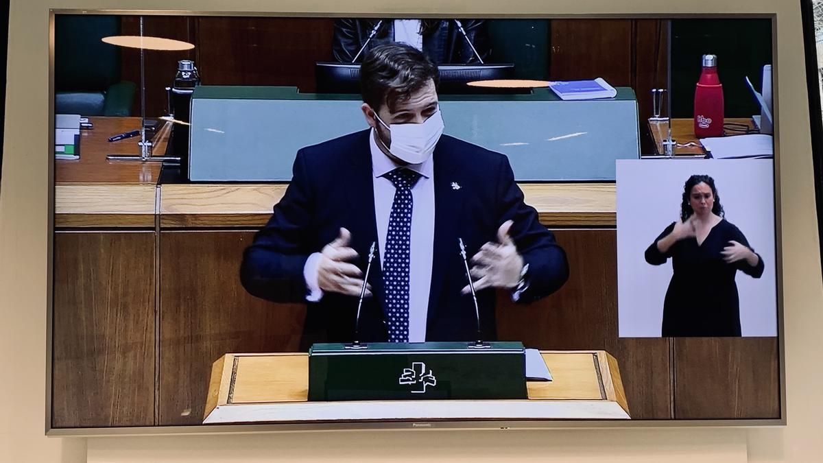 Pantalla con el sistema de traducción para personas sordas en el vestíbulo del Parlamento