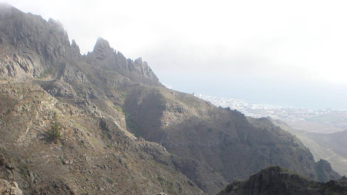 Paraje protegido de Ifonche, en el sur de Tenerife. Al fondo, la playa de Las Américas
