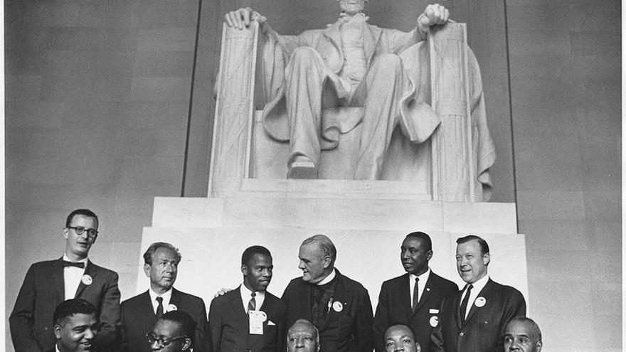 Los líderes de la marcha de Washington en 1963 posan frente a la estatua de Lincoln. Sentado y segundo por la derecha está Martin Luther King.