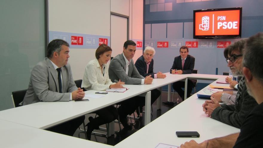 Pedro Sánchez se reúne en Pamplona con representantes del comité de empresa de Volkswagen Navarra