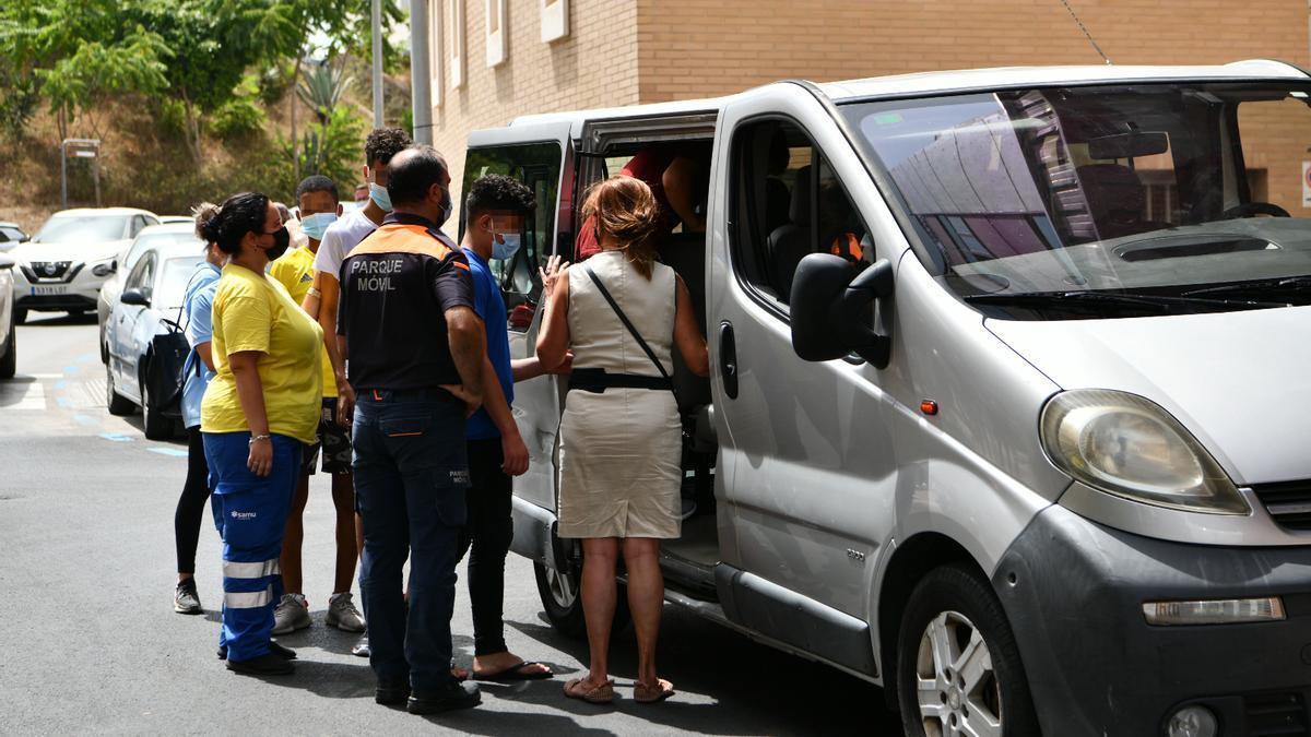Menores marroquíes acuden a un juzgado de Ceuta.
