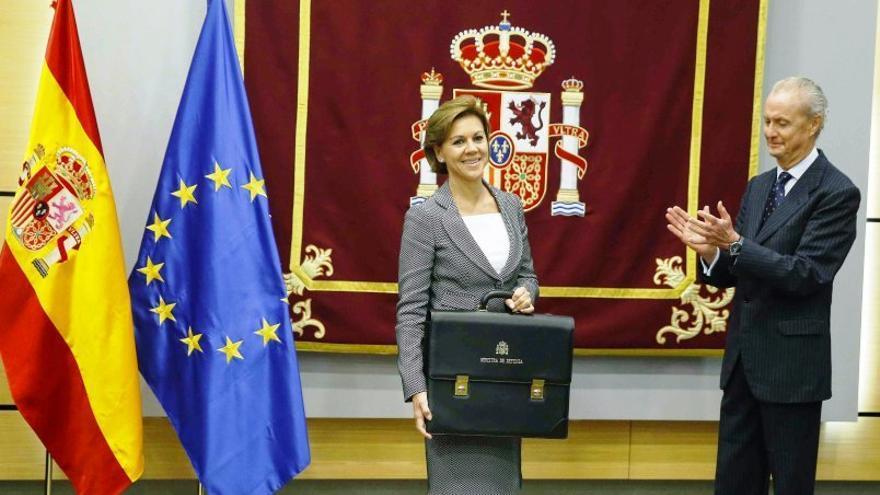 María Dolores de Cospedal recibe la cartera del Ministerio de Defensa de manos de su antecesor, Pedro Morenés.