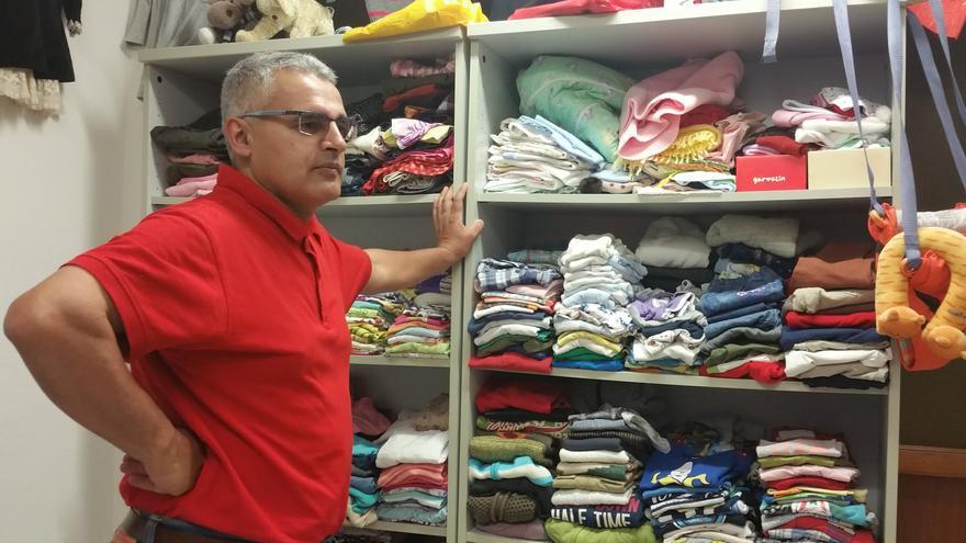 Eduardo Calderón, gerente de Isonorte, en una tienda de ropa de la fundación. Foto: LUZ RODRÍGUEZ.