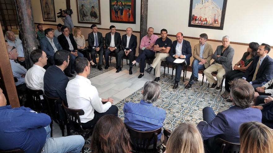 El candidato del PP, Pedro Antonio Sánchez, se reunió con trabajadores autónomos