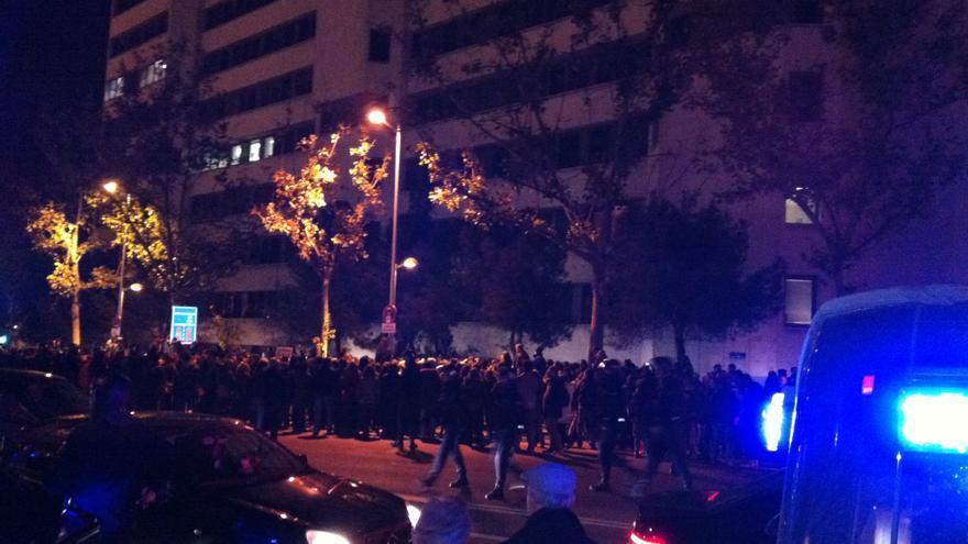 Los manifestantes se han sumado a la protesta convocada ante los juzgados de Plaza Castilla de Madrid / I.C.