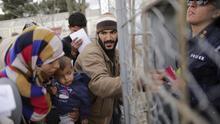 Refugiados esperan para ser registrados en el campamento de Idomeni, en la frontera entre Grecia y Macedonia, hoy 3 de marzo de 2016. | Efe