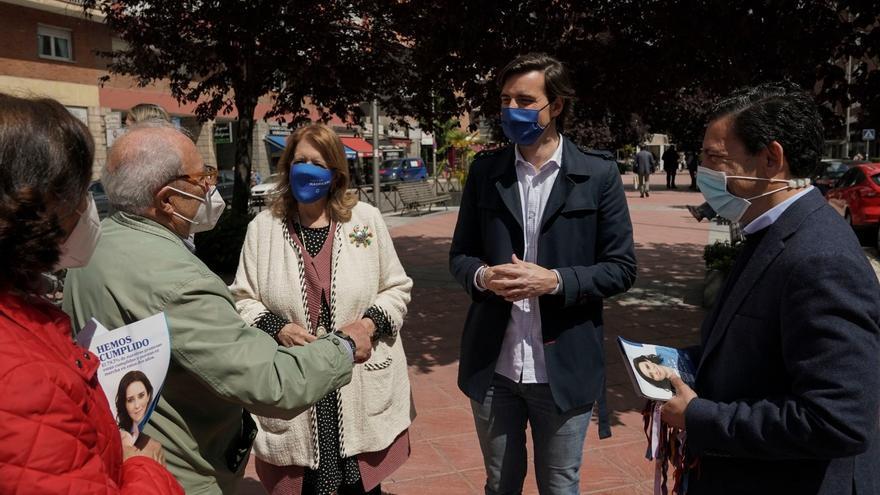 El vicesecretario de Comunicación del PP, Pablo Montesinos, y la vicesecretaria de Sectorial del PP, Elvira Rodríguez, en un acto electoral ante las elecciones del 4 de mayo. En Madrid, a 30 de abril de 2021.