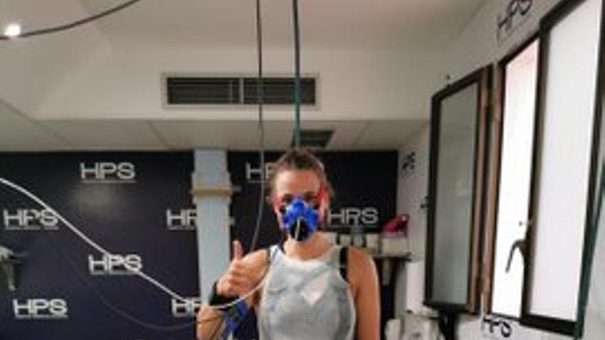 Ana Palomino, pasando las pruebas médicas en su llegada a la Isla
