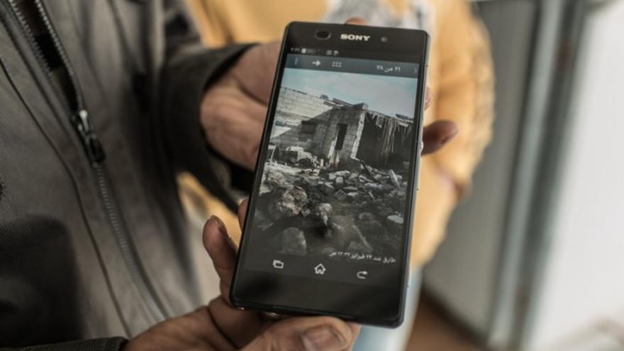 Un refugiad enseña la destrucción de la guerra a través de su móvil en 'District Zero'