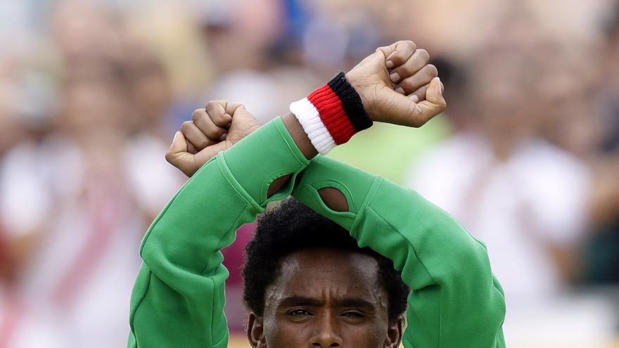 El medallista de plata Feyisa Lilesa, de Etiopía, realiza un gesto protesta contra la represión del gobierno de su país contra su etnia. Juegos Olímpicos de Río de Janeiro.   Foto: Robert F. Bukaty - AP