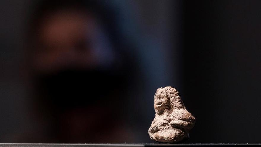 Una mujer sentada, el pequeño ídolo prehispánico hallado en Firgas ingresa en el Museo Canario