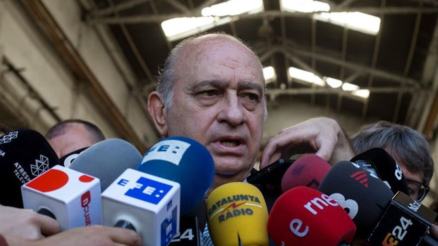 """Hacen """"un barrido"""" en Interior para investigar quién grabó al ministro"""