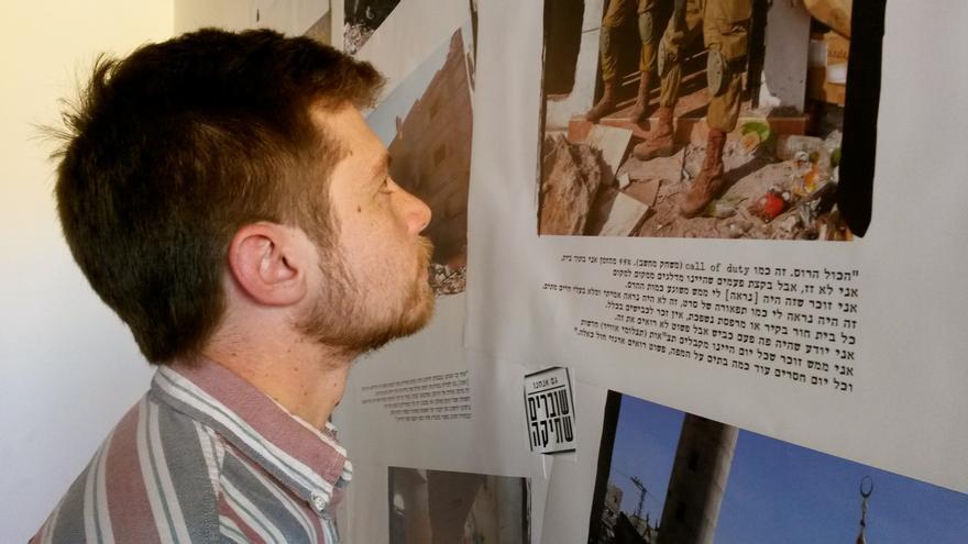 Avner Gvaryahu, director de Incidencia Pública de Breaking the Silence, observa imágenes de la operación 'Margen Protector'. / Ana Garralda.