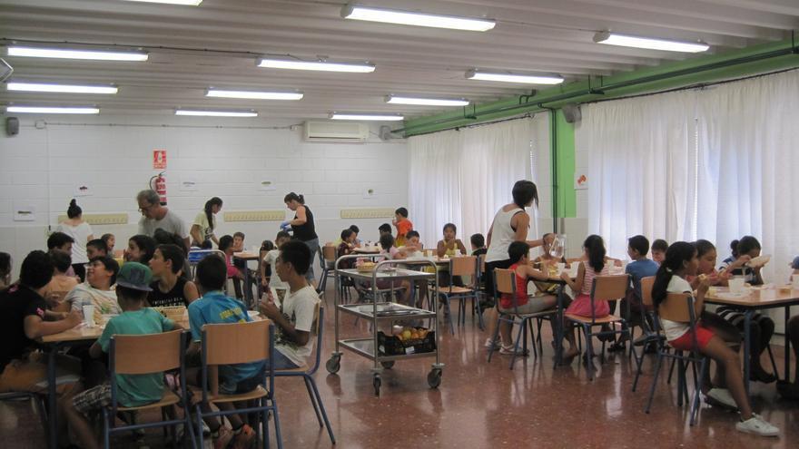 Escolares acuden durante el verano al comedor del colegio.