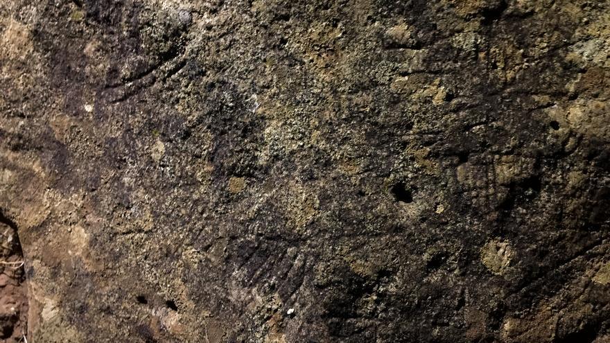 La roca con una peculiar sinfonía de trazos muy finos lineales en dos de sus caras. Foto: Miguel Martín.
