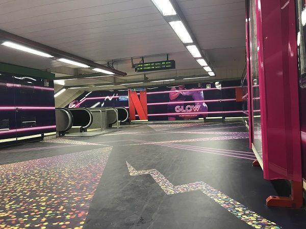 Vestíbulo de la estación de Chueca con la nueva campaña promocional de la serie GLOW | Fotografía: Somos Chueca