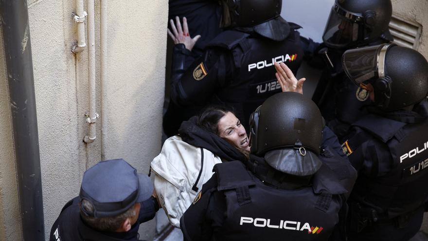 Varios policías antidisturbios sacando por la fuerza a una activista. Muchas de las personas que participaron en el intento de paralización del desahucio han asegurado que en el pasillo que se encontraba fuera del alcance de las cámaras han recibido patadas y puñetazos por parte de los policías.
