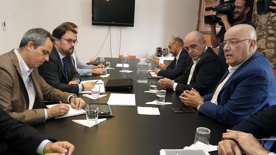 El presidente del PP de Canarias, Asier Antona, reunido con los representantes de las principales patronales hoteleras y turísticas de las Islas