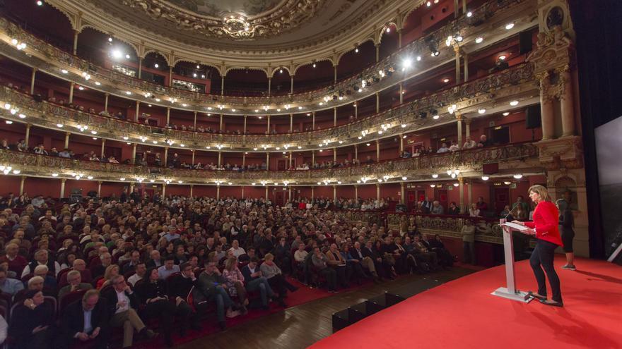 Idoia Mendia, durante su intervención en el acto del PSE-EE en el Teatro Arriaga de Bilbao