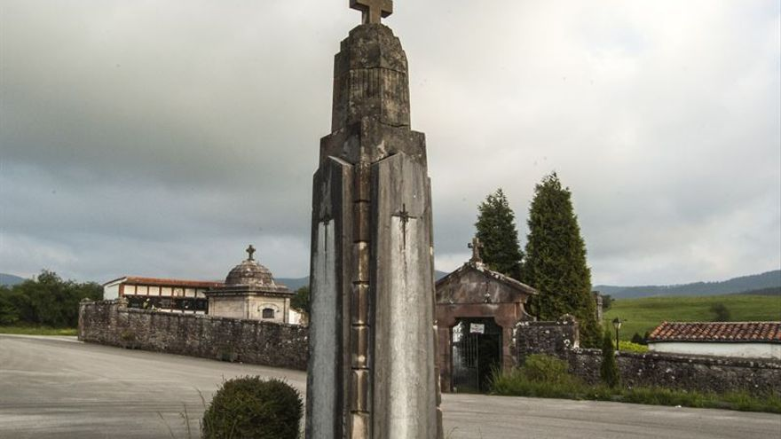 Monolito franquista frente al cementerio de Cabezón de la Sal.