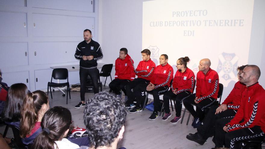 Un momento de la charla de Artamy Rodríguez a los escolares.