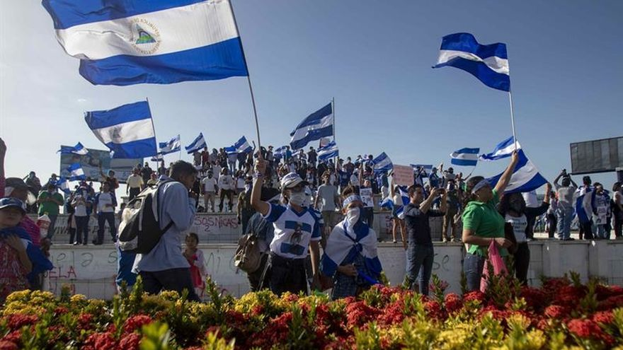"""Cientos de personas caminan para demandar la libertad de los """"reos políticos"""" en Nicaragua"""