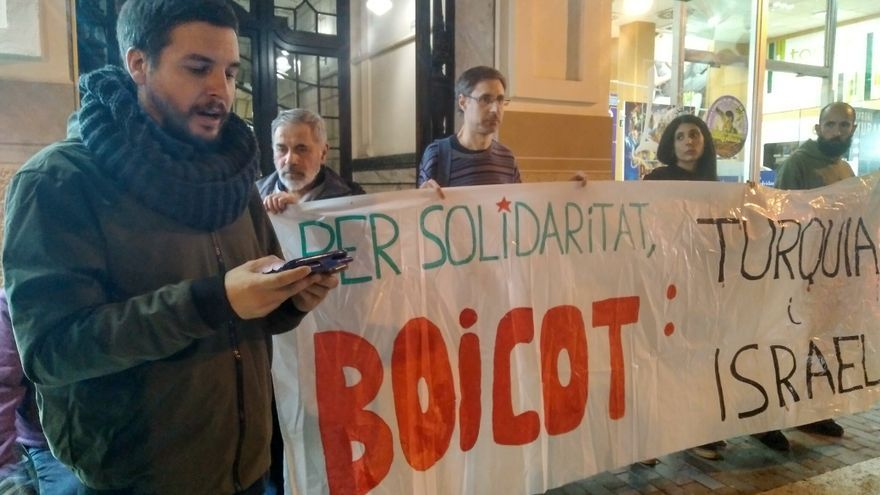 Pau Alabajos lee el manifiesto conjunto ante el consulado de Turquía en València.