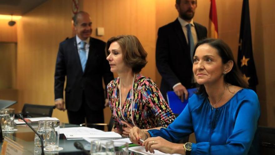 La ministra de Industria, Comercio y Turismo en funciones, Reyes Maroto (d), junto a la secretaria de Estado de Turismo, Isabel Oliver, preside la Comisión Interministerial del Turismo este jueves en Madrid.