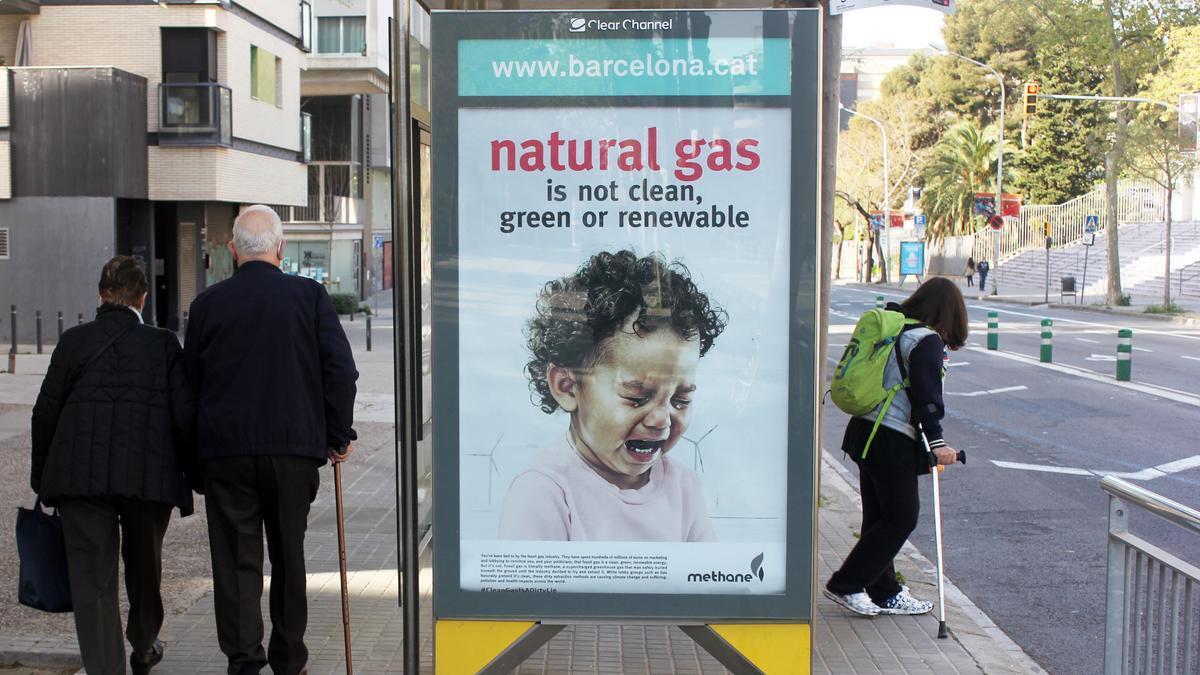 """""""El gas no es limpio, ni verde ni renovable"""", dice esta falsa publicidad colocada en las marquesinas de Barcelona (abril 2021)"""