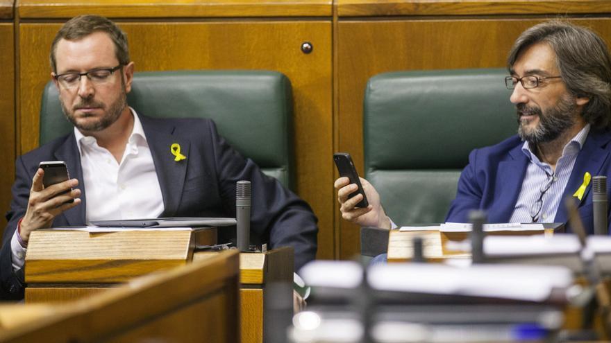 Los parlamentarios del PP Javier Maroto (i), e Iñaki Oyarzábal, el 28 de mayo en el Parlamento vasco. Efe / David Aguilar